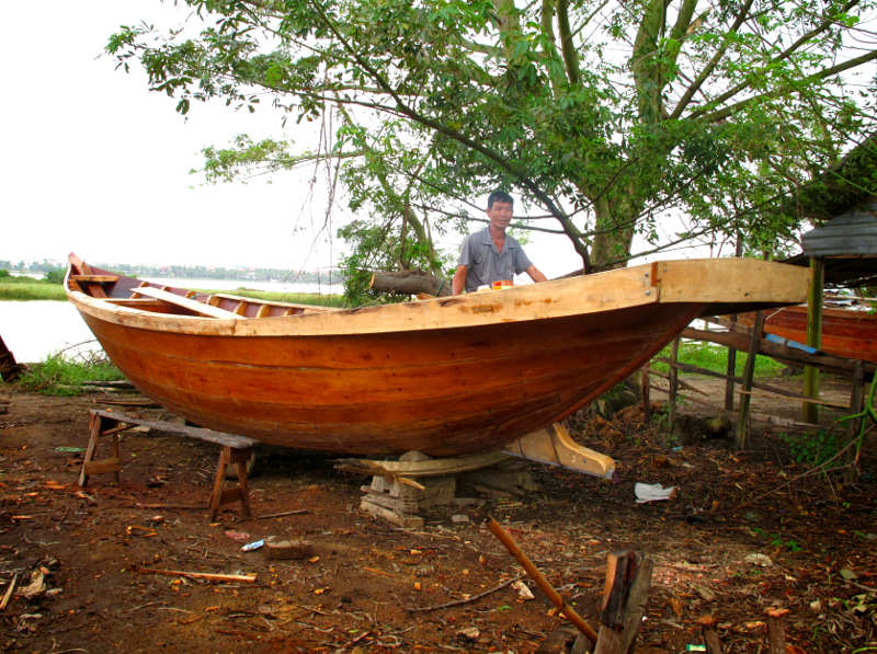 Small Kim Bong traditional boat and builder